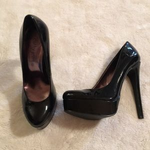 Shiny black pumps